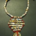 Collana realizzata con carta di topolino