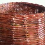 cestone intrecciato con carta di riciclo e tinto  con colori acrilici