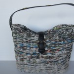 borsa con carta riciclata con  tracolla e chiusura in pelle
