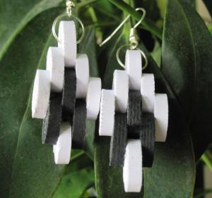 Orecchini  realizzati con cartoncino bianco e nero