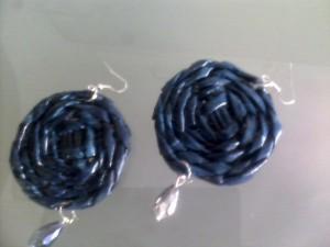 Orecchini blu, intrecciati a mano con tecnica della cesteria