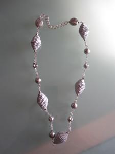 Collana di carta ondulata argentata con catena e perle in tinta