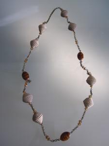 Collana con perle di carta ondulata dorate con catena di rame