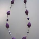 Collana di carta con perle e roselline di resina viola