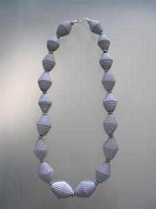 collana con perle di carta ondulata argentata