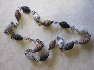 collana con perle di carta ondulata marroni, nere e argento