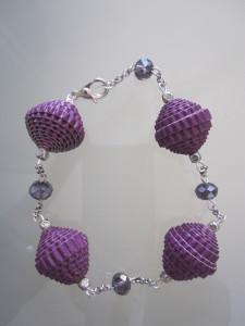 Bracciale con perle di carta ondulata viola