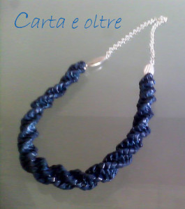 collana blu elettrico tecnica a spirale
