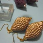 Orecchini dorati con carta ondulata Collezione ONDE
